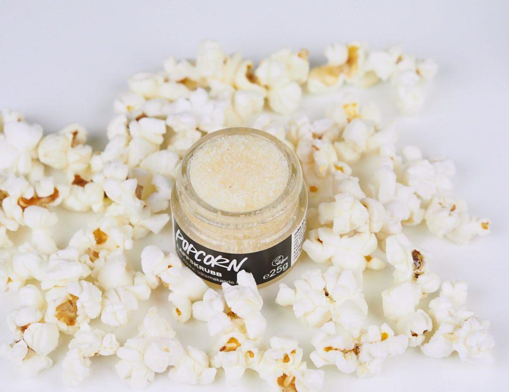 Skrubba läpparna med popcorn