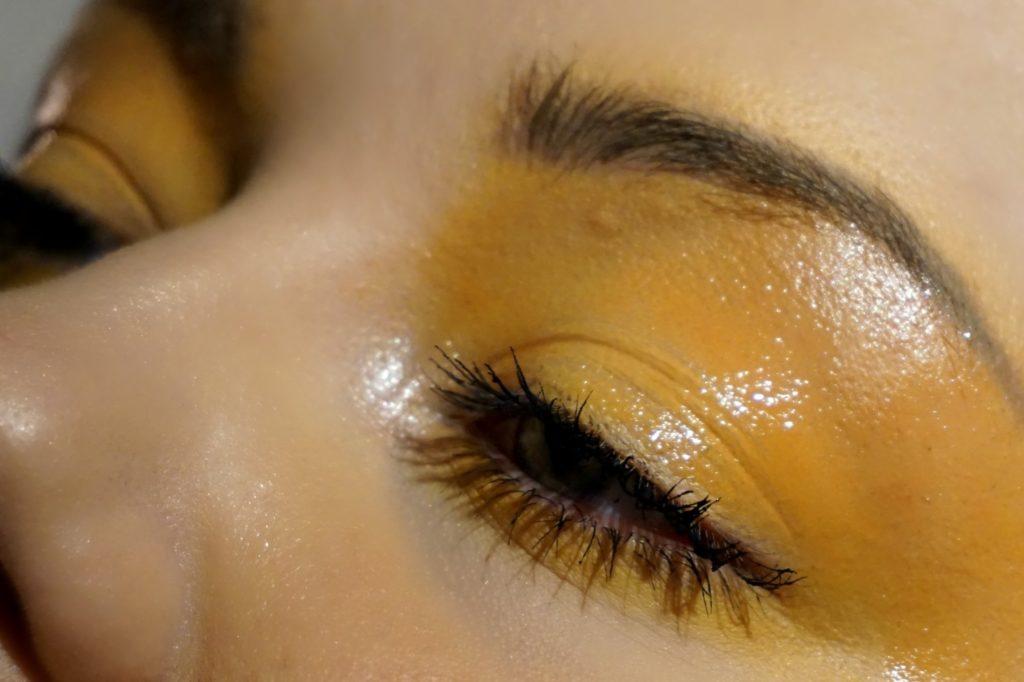 Gul ögonskugga med matchande rouge
