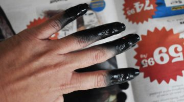 Pro Nail Polish Spray på fingrarna