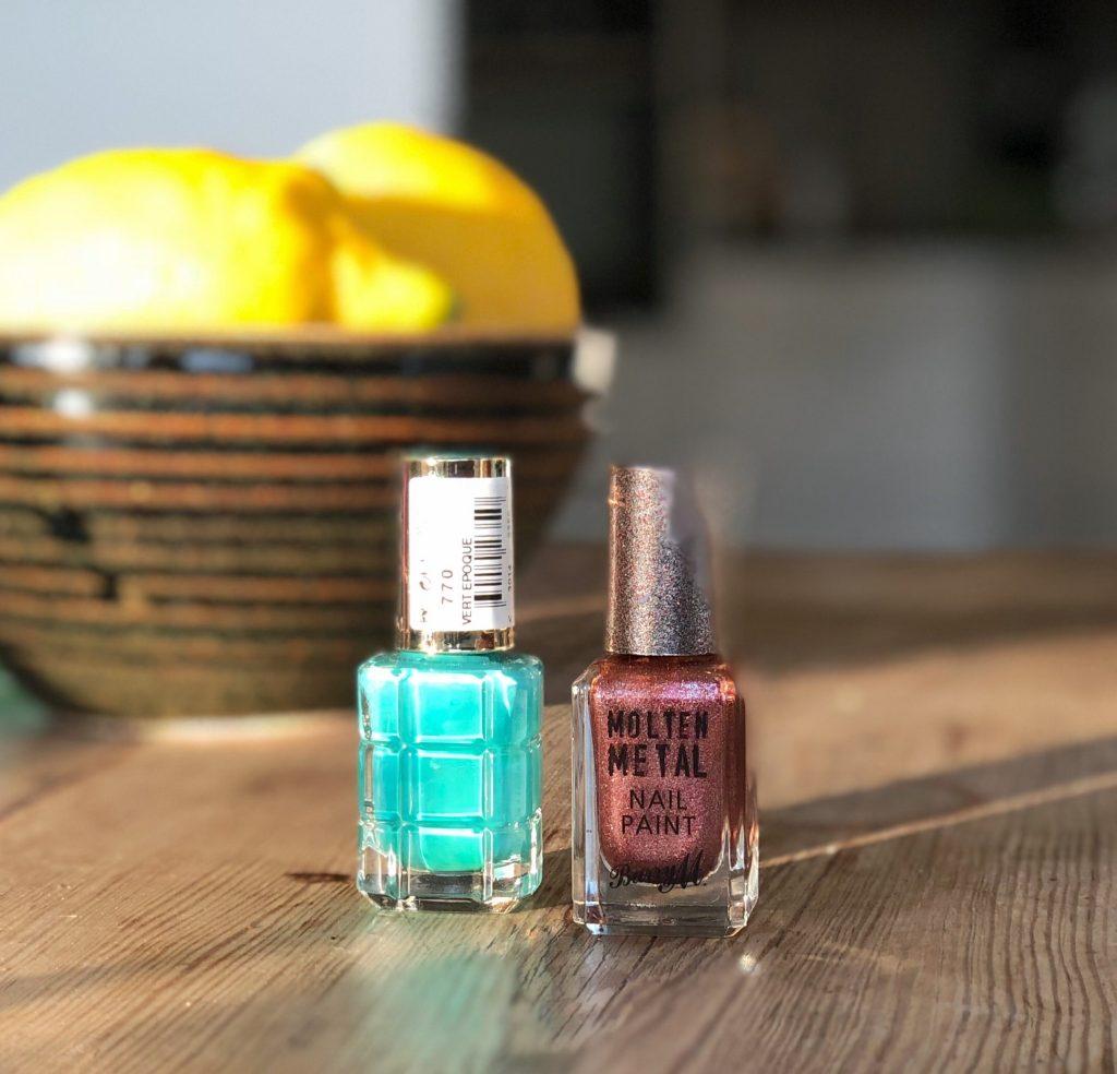 Färgkombinationer sommaren turkost L'Oréal Paris 770 Vert Epoque och Molten Metal Nail Paint från Barry M
