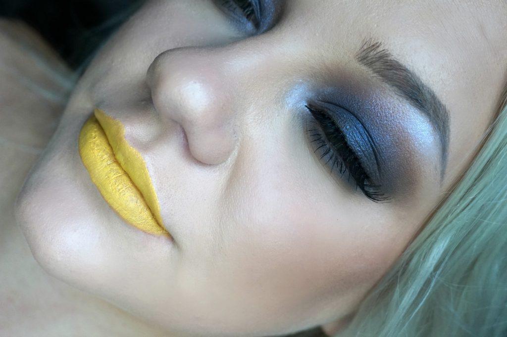 gula läppar med mörka ögon