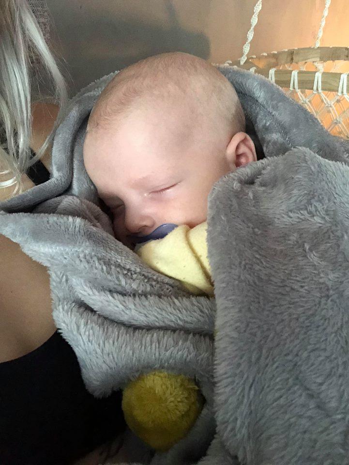 sjuk tjej med sjuk bebis och brännskador