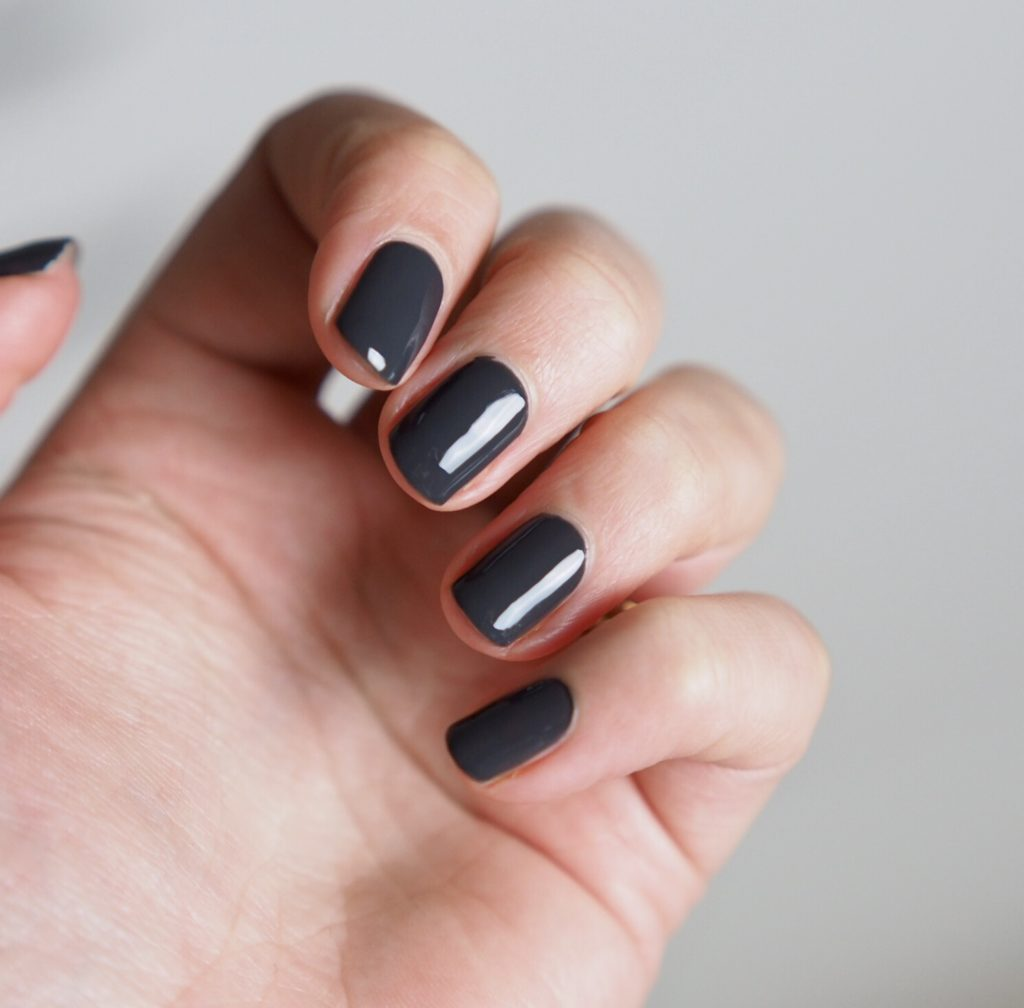 Klassiskt grå naglar
