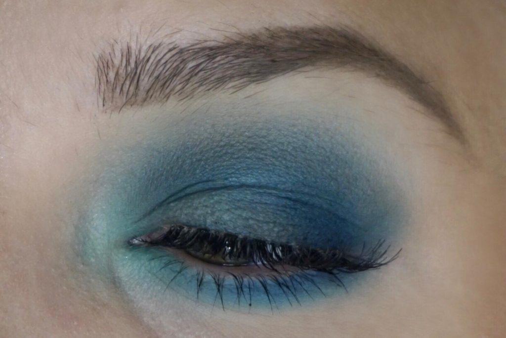 blå ögonskugga