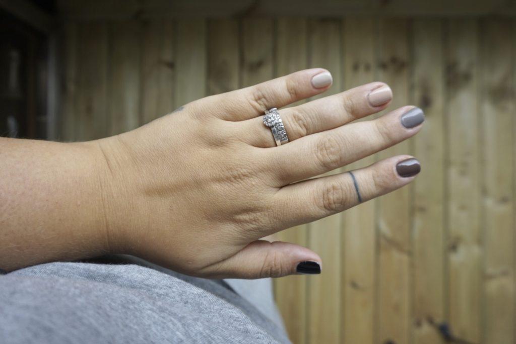 neutrala naglar i 5 olika kulörer