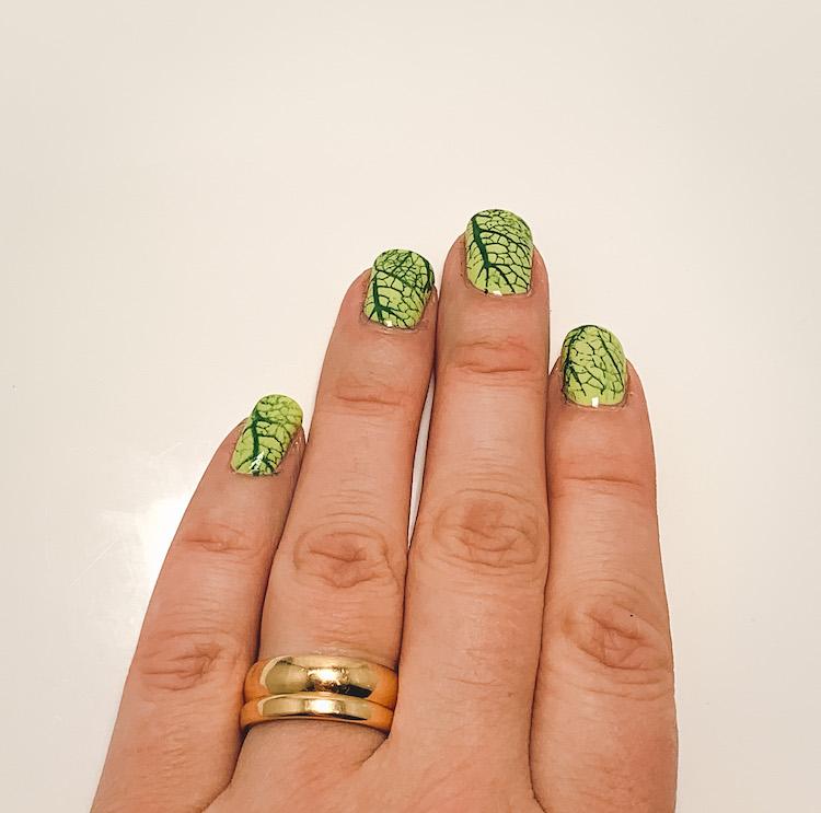 Grönskande nageldesign med nail stamping