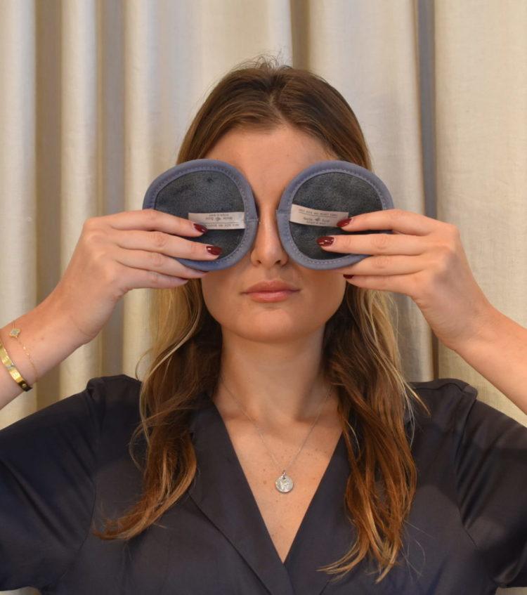 Två Amelie Soie Mini Beauty Towels hålls för ögonen